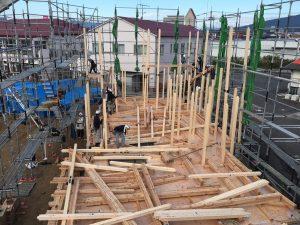【西条町土与丸タウンハウス新築工事】東棟の建前が始まりました<
