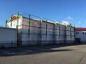 【西条町土与丸タウンハウス新築工事】西棟建前が完了し東棟の建前工事が始まりました<