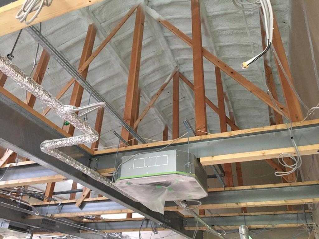【グループホームなでしこ五日市新築工事】屋根裏断熱吹付・棟札取付完了です<